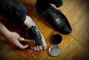 Schuhpinsel und Creme foto