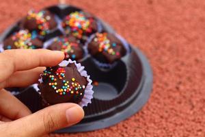 die Schokoladenkugeln auf dem Boden foto