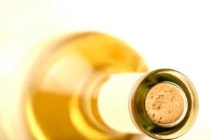 Nahaufnahme der weißen Weinflasche