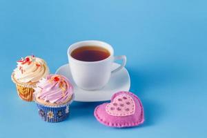Herzsymbol mit Cupcakes und Tee foto