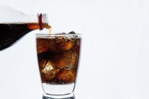 Soda wird in ein Glas gegossen foto