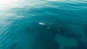 Mann rudert auf dem Meer foto