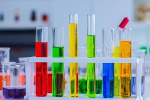 bunte Reagenzgläser in einem Labor foto