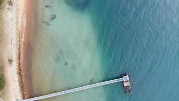 Holzpfeiler am Pazifischen Ozean foto