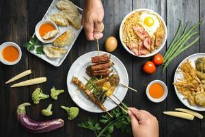 Hände von Menschen, die koreanisches Essen essen foto