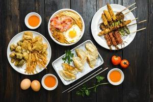 eine Reihe von koreanischem Essen foto