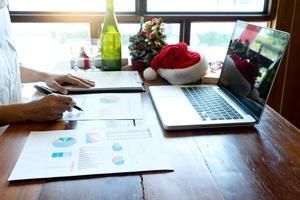 Business Professional arbeitet an Berichten am Schreibtisch