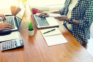 Profis, die an Laptops arbeiten