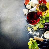 Wein, Trauben und Käse foto