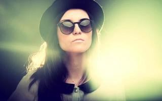 Retro-Modeporträt der stilvollen jungen Frau foto