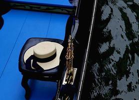 venezianischer Gondolierhut auf einer Gondel in Venedig foto