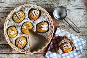 Apfelkuchen, geschnittene Portion, mit geritzten Äpfeln und Walnussfüllung foto