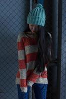 Porträt des stilvollen asiatischen Mädchens auf der Straße foto