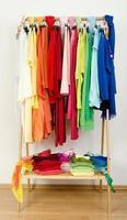 Kleiderschrank mit Sommerkleidung schön arrangiert.