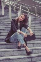 hübsches Mädchen, das in den Straßen der Stadt aufwirft foto