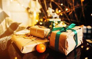 Geschenke liegen auf Holztisch foto