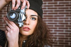 Konzept für stilvolle junge Frau in der Nähe von Mauer