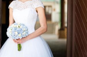 Hochzeitsstrauß in Händen der Braut