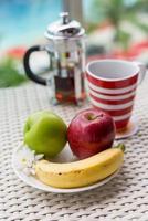 Tasse Tee Apfel Banane foto
