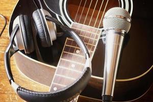 Instrumentengitarrenkopfhörer und Mikrofon