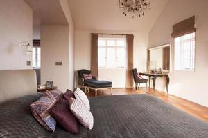 Innenraum des schönen zeitgenössischen Schlafzimmers foto