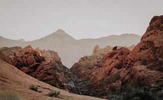 braune Felsformationen in der Wüste foto