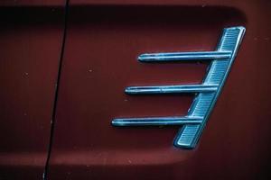 rotes Auto mit silbernem Kühlergrill foto