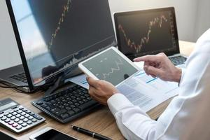 Börsenmakler mit Blick auf Grafik