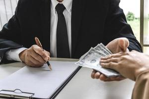Geschäftsfrau, die dem Berater Bestechungsgeld gibt