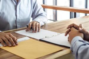 Makler und Kunde unterzeichnen einen Vertrag foto