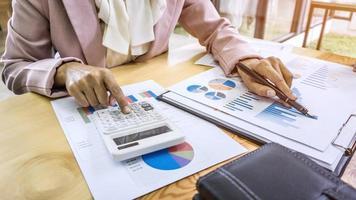 Geschäftsfrau arbeitet an Finanzdaten foto