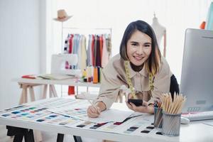 Designer arbeitet von zu Hause aus im Studio