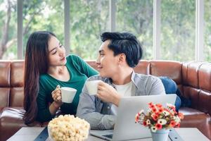 junges Paar, das zusammen Kaffee trinkt foto