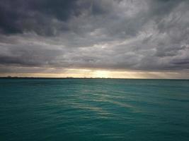 grünes Gewässer und weiße Wolken