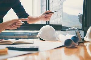 Team von Bauingenieuren arbeitet an Blaupausen