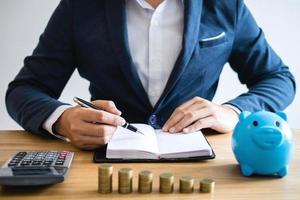 Geschäftsmann, der mit Dokumenten am Schreibtisch arbeitet foto
