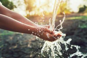 Wasser fließt auf die Hände foto
