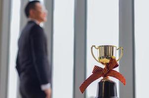 Geschäftsmann posiert in der Nähe einer Auszeichnung