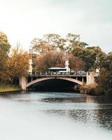 Fahrzeuge auf einer Brücke foto