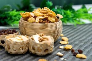 Snacks in Schalen auf einem Tisch foto