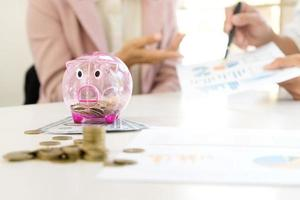 Fachleute diskutieren Finanzbericht foto