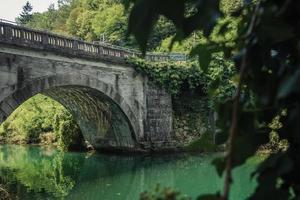 graue Brücke über einen Fluss