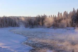 schneebedeckter See foto