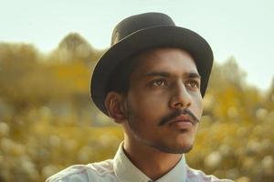 junger Mann mit rundem Hut foto