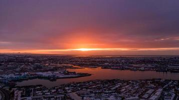 Foto aus der Vogelperspektive der Stadt während des Sonnenuntergangs