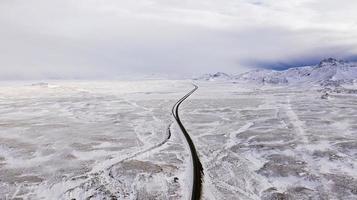 eine Straße durch eine schneebedeckte Landschaft foto