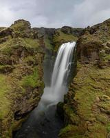 malerische Ansicht des Wasserfalls unter einem bewölkten Himmel