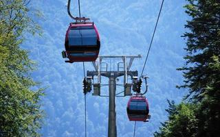 zwei Gondeln an Kabeln über dem Berg