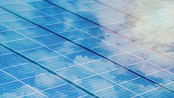Sonnenkollektoren, die einen blauen Himmel reflektieren foto