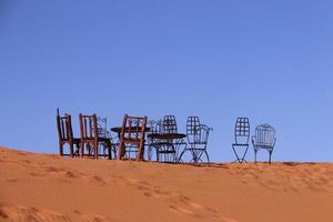 Metallstühle und Tische in der Wüste
